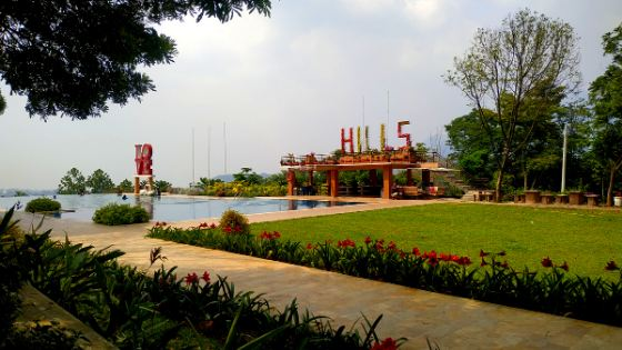 Kolam Renang Blessing Hills Trawas